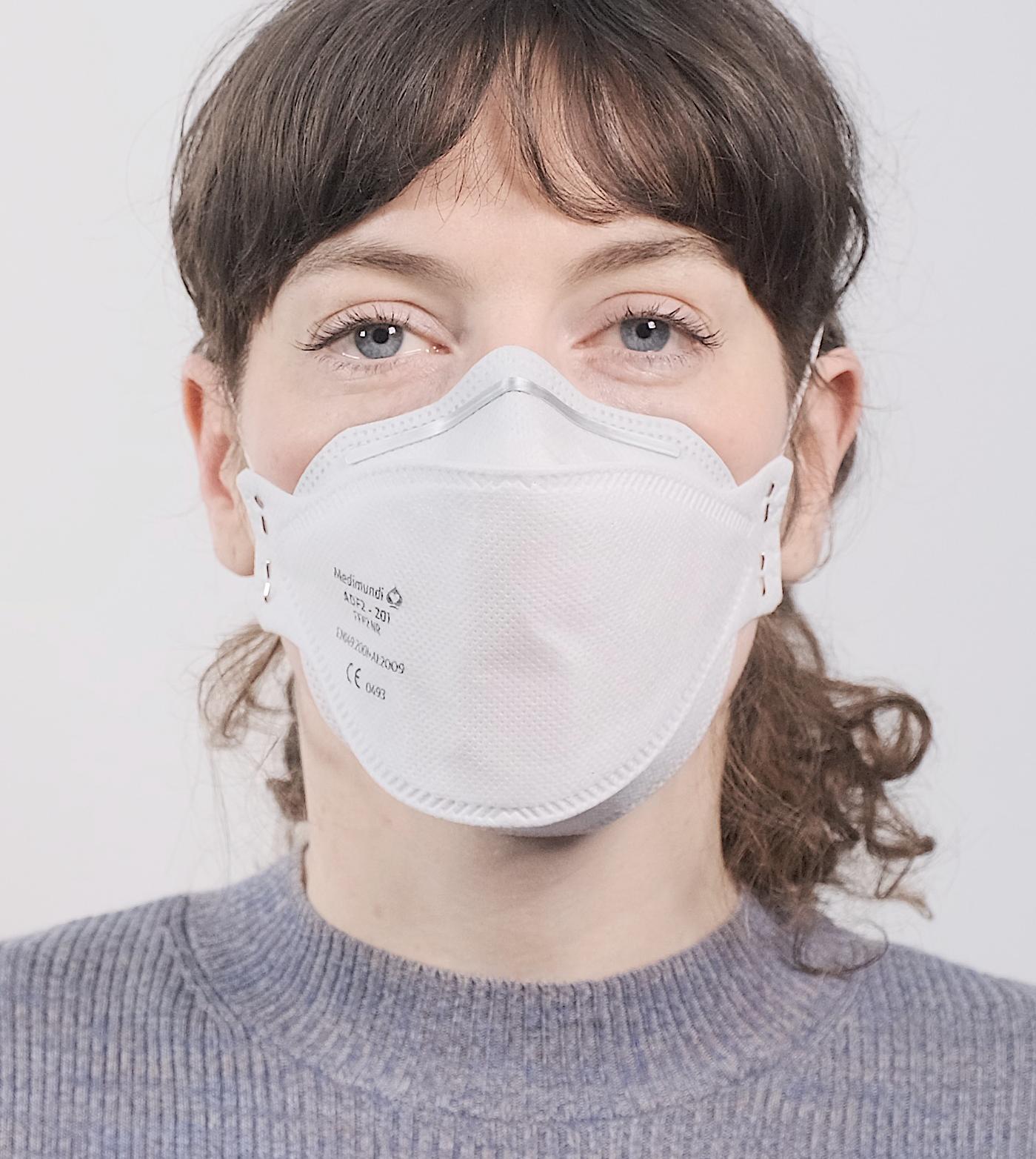 vrouw draagt FFP2 masker